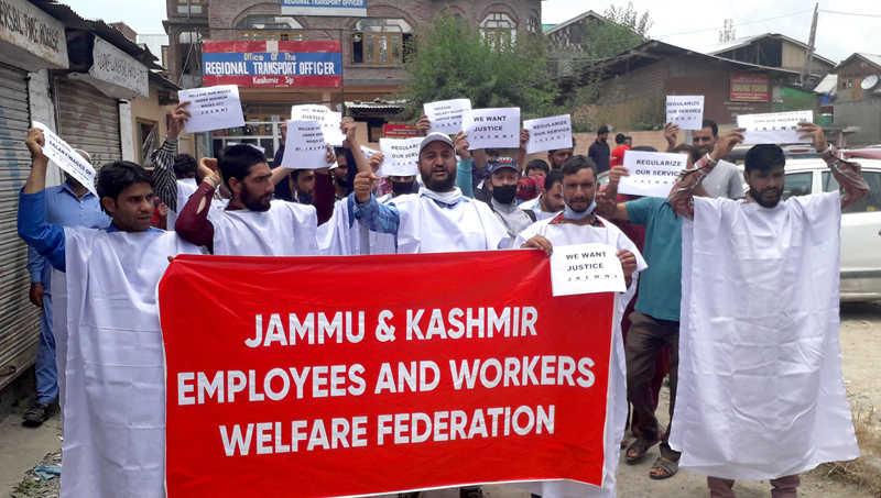 JK Employees & Workers Welfare Federation Employees staging protest in Srinagar. —Excelsior/Shakeel