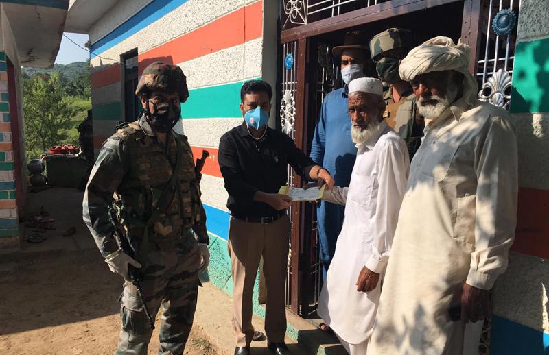 Tehsildar Dr Vikram Kumar giving away ex-gratia to family of a cross border shelling victim at Mendhar. —Excelsior/Rahi Kapoor
