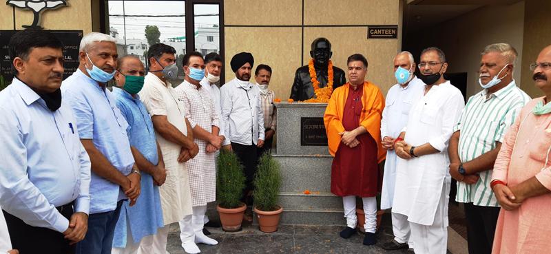 BJP leaders paying tributes to Dr Shyama Prasad Mukherjee at Jammu on Monday. — Excelsior/Rakesh