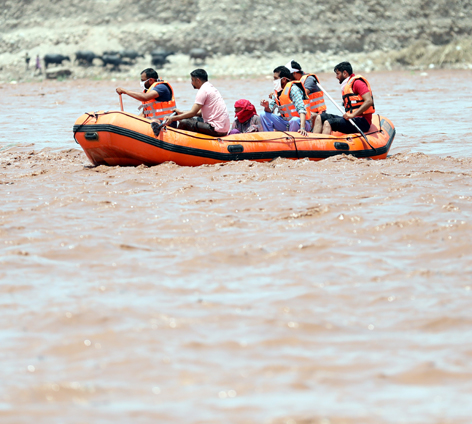 SDRF team rescuing woman trapped in Tawi flood near 4th bridge in Jammu on Wednesday. — Excelsior/ Rakesh