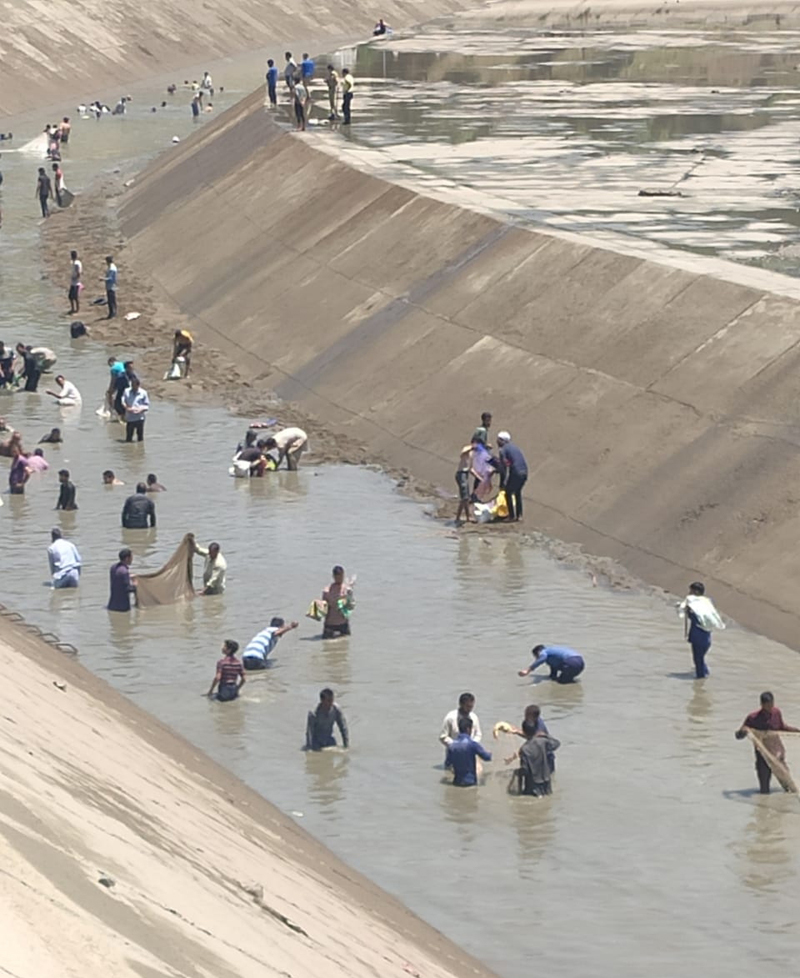 People fishing in Gantamulla canal despite warming issued by LJHP Power House. —Excelsior/Aabid Nabi