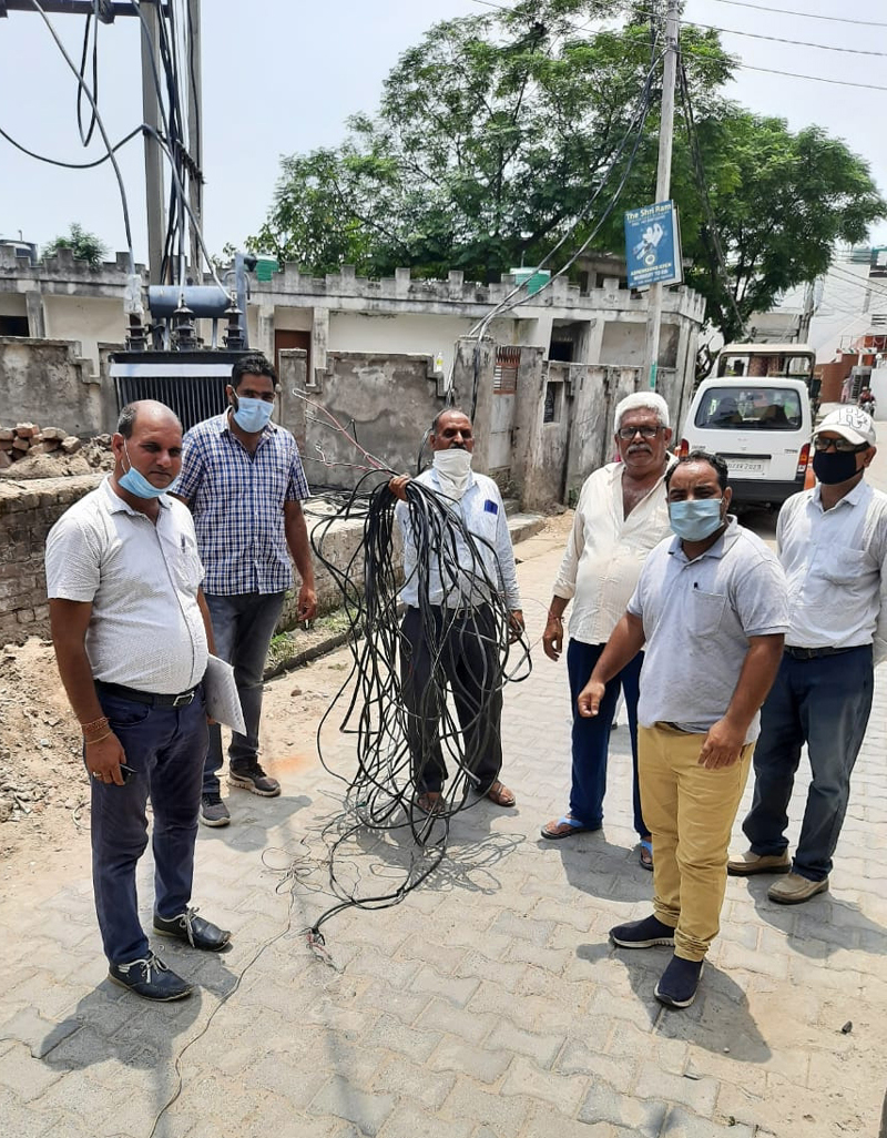 Electric Sub Division Ramgarh team showing illegal hooking removed by them. —Excelsior/Gautam