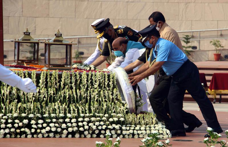 Defence Minister Rajnath Singh, MoS Defence Shripad Naik paying tributes at the National War Memorial on the 21st Kargil Vijay Diwas, in New Delhi on Sunday. (UNI)