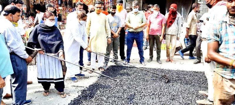Former Minister, Sat Sharma kick starting blacktopping works of road at Talab Tillo.