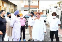 Cong leader Raman Bhalla interacting with transporters at Nanak Nagar in Jammu on Tuesday.