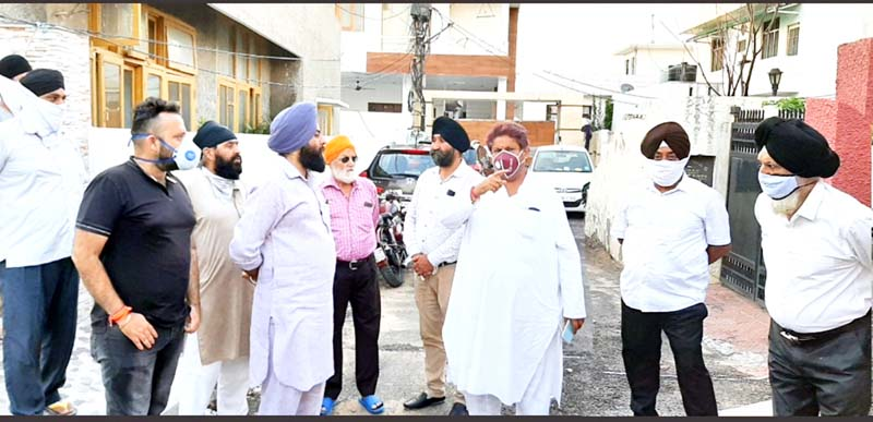 Cong leader Raman Bhalla interacting with transporters at Nanak Nagar in Jammu on Tuesday.