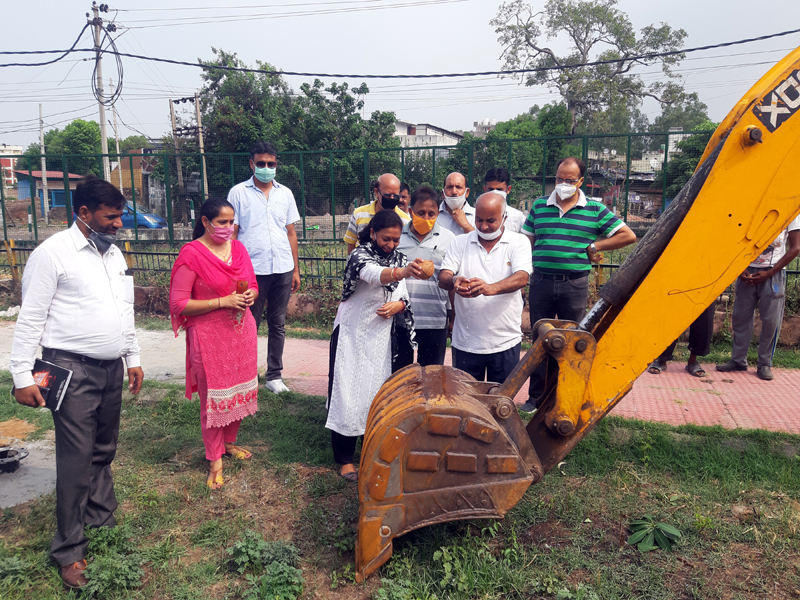 Rajkumar Tarkhan, General Secretary BJP OBC Morcha kick starting development work of parks in Ward Number 51.