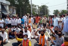 Protestors blocking College road at Kathua on Wednesday. -Excelsior/Pardeep