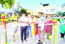 JMC Mayor, Chander Mohan Gupta inaugurating Open Gym along with local Councillor at Mohalla Naryaiana in Jammu.