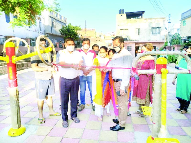 JMC Mayor, Chander Mohan Gupta inaugurating Open Gym along with local Councillor at Mohalla Naryaiana in Jammu.