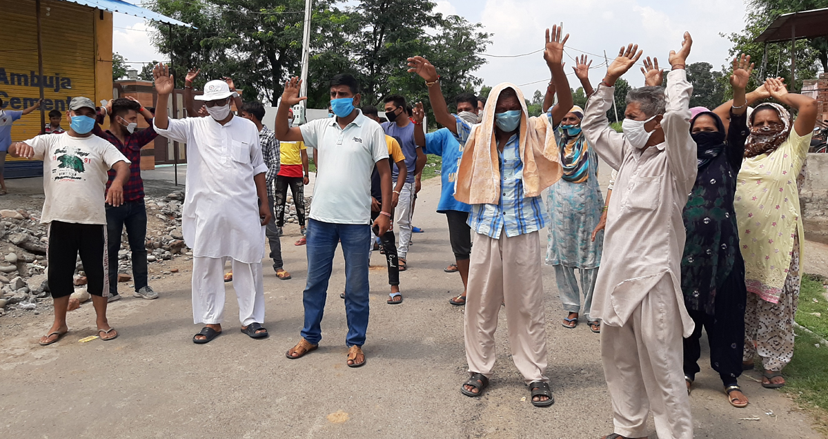 People protesting against Food Civil Supplies and Consumer Affairs Department in Kathua on Saturday. —Excelsior/ Pardeep