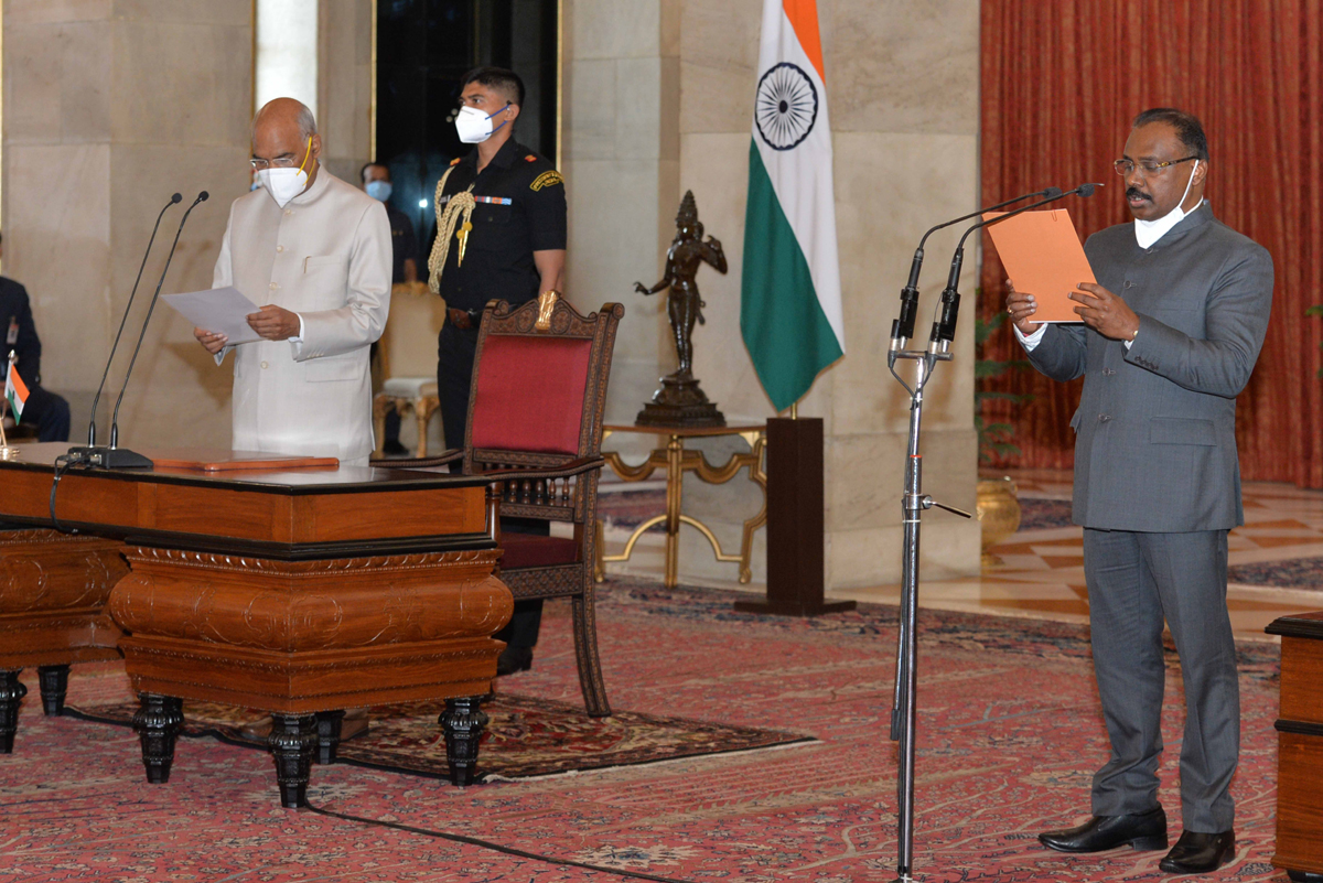 President Ram Nath Kovind administering the oath of office to Girish Chandra Murmu as the Comptroller General of India, at Rashtrapati Bhavan in New Delhi on Saturday. (UNI)