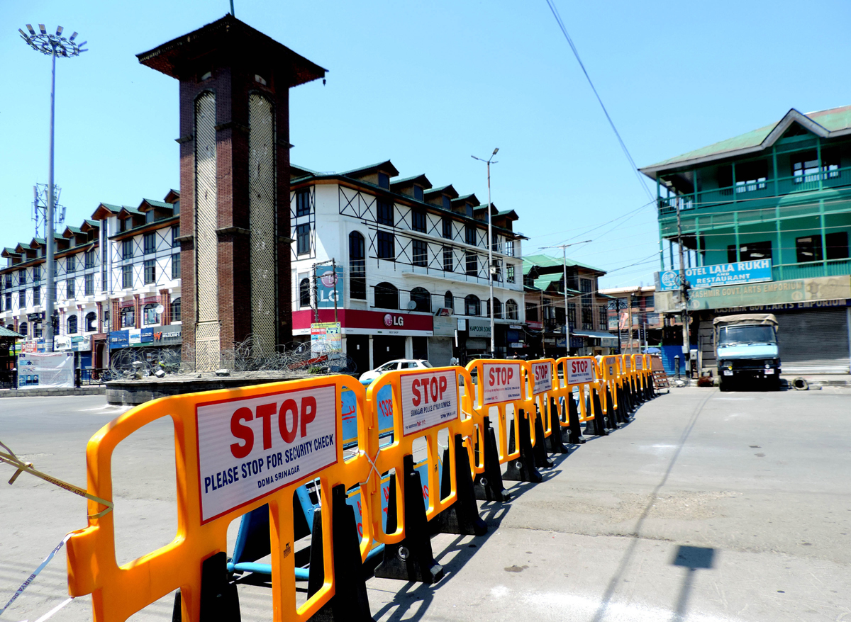 A deserted view of business hub Lal Chowk in Srinagar amid lockdown on Saturday. (UNI)