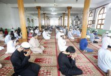 Muslims offering Eid prayers at Jamia Masjid at Bandipora on Saturday. -Excelsior/Aabid Nabi