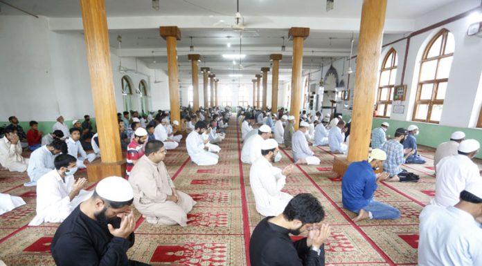 Muslims offering Eid prayers at Jamia Masjid at Bandipora on Saturday. -Excelsior/Aabid Nabi