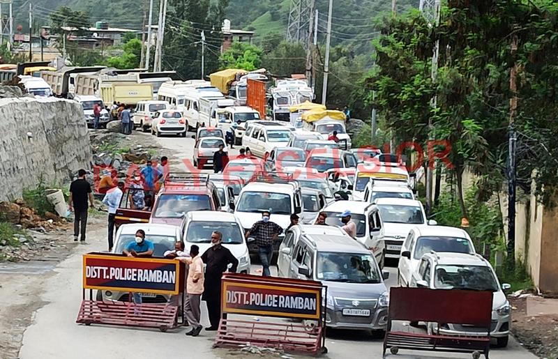 Vehicles stranded at Ramban after highway was blocked at Dalwas. —Excelsior/Parvaiz Mir