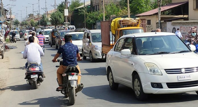 Traffic plies normally in Srinagar on Tuesday.—Excelsior/Shakeel