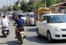 Traffic plies normally in Srinagar on Tuesday. —Excelsior/Shakeel