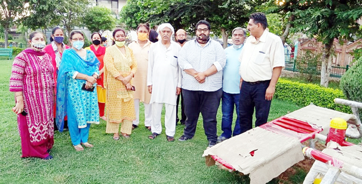 Councillor, Neena Gupta and other dignitaries posing for a group photograph after inaugurating Open-Air-Gym at Channi Himmat.