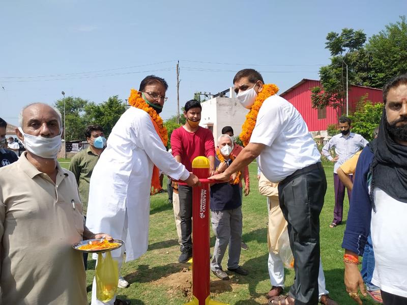 Chander Mohan Gupta, Mayor JMC alongwith Surinder Sharma Councillor Ward Number 38 inaugurating Open Gym at Lohan Park Paloura.
