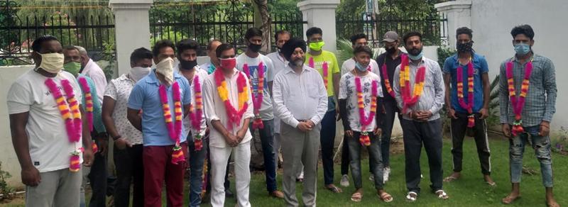 Senior leader JK Apni Party, Manjit Singh welcoming new entrants in his party at Vijaypur on Sunday. — Excelsior/Gautam