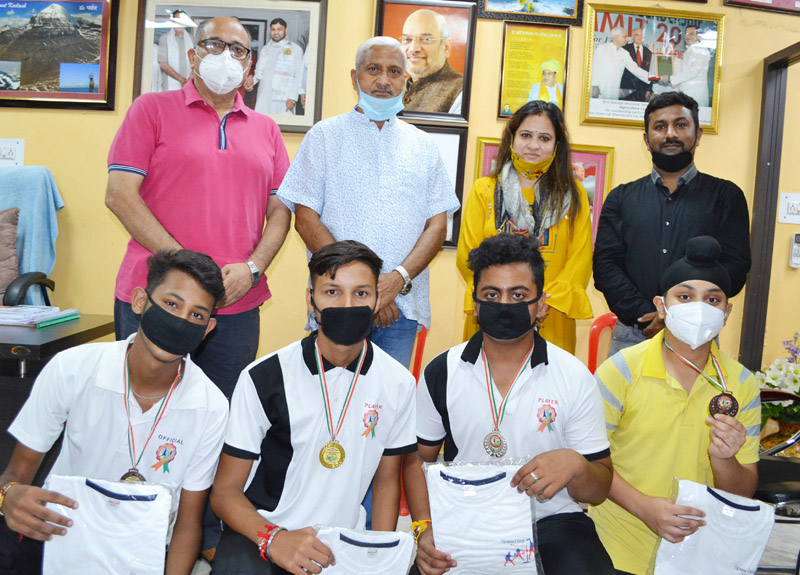 Former Minister, Sham Lal Sharma along with winners of Online Speed Ball Championship posing for a group photograph.