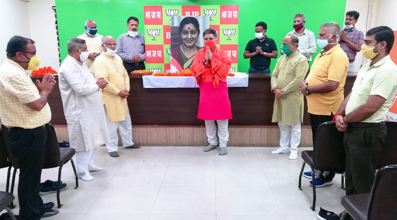 BJP leaders paying tributes to former Union Minister, Sushma Swaraj at Jammu on Thursday.