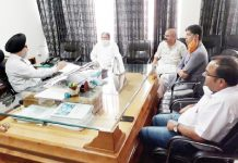 BJP leaders discussing power related problems with Chief Engineer JPDCL Gurmeet Singh at Jammu.