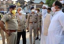 Chief Secretary BVR Subrahmanyam and DGP Dilbag Singh interacting with people at Srinagar.