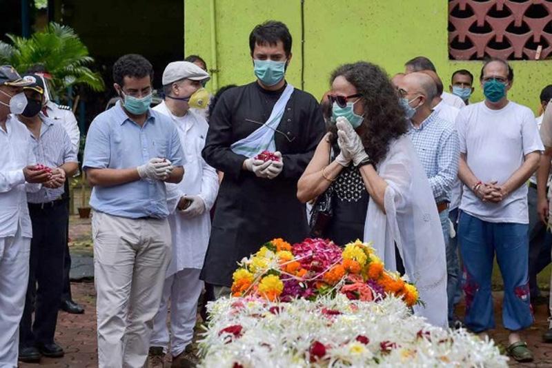 Wife Sushma Sathe, younger son Dhananjay Sathe (blue shirt) and elder son Shantanu (black shirt) pay their last respects to Wing Commander (retired) Deepak Sathe before his cremation at Tagore Nagar (Vikroli) crematorium in Mumbai.