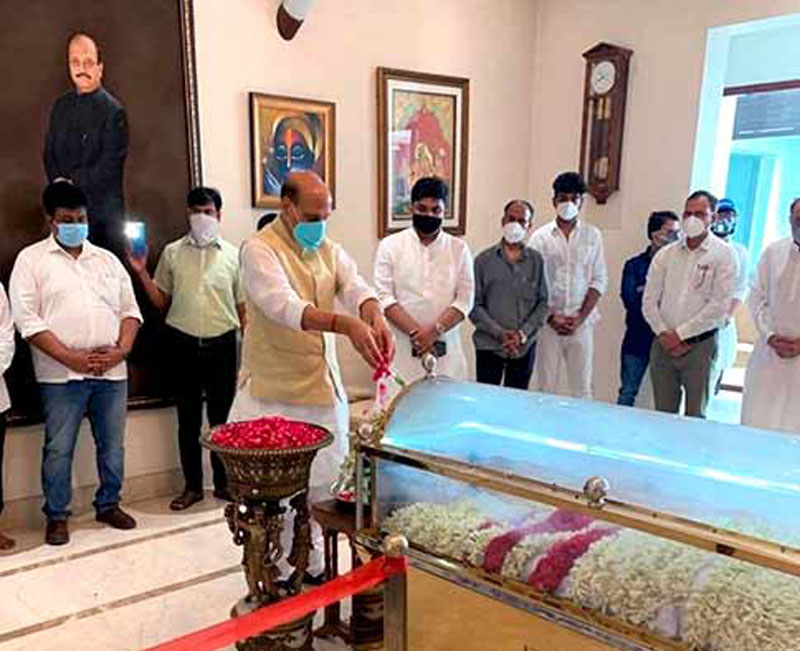 Defence Minister Rajnath Singh paying tribute to the mortal remains of Rajya Sabha member Amar Singh, at his farmhouse in New Delhi.