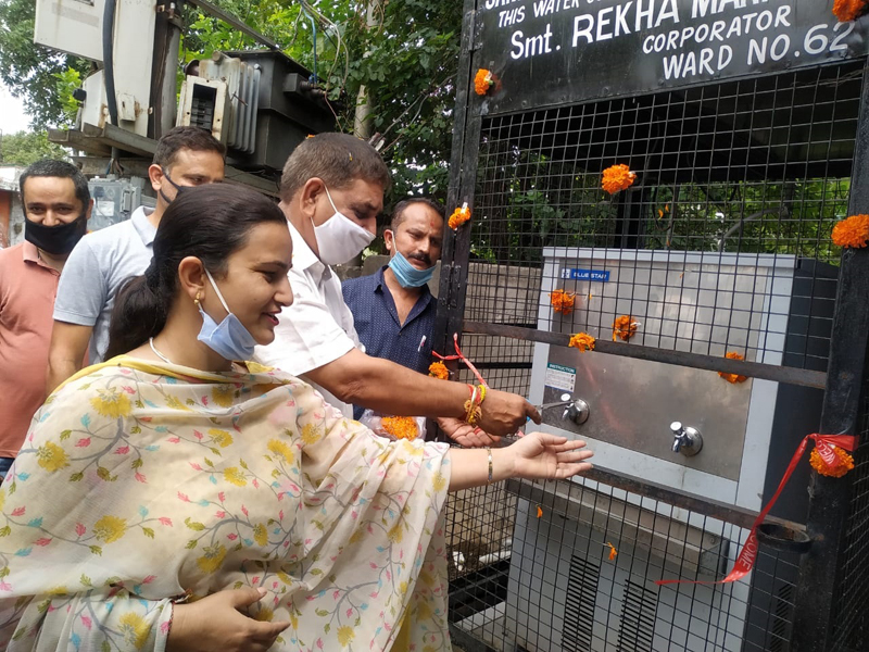 JMC Mayor alongwith councilor inaugurating a water cooler at Ward No 62 on Thursday.