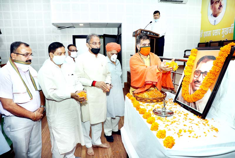J&K BJP President Ravinder Raina along with other senior party leaders paying tributes to Pt. Deen Dayal Upadhayay on his Birth Anniversary at Jammu on Friday. -Excelsior/Rakesh