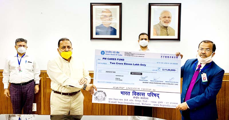 Union Minister Dr Jitendra Singh receiving a cheque as contribution to the PM CARES Fund from national level delegation of Bharat Vikas Parishad (BVP), at New Delhi.