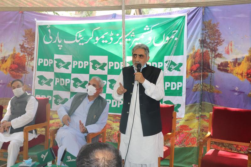 Sr PDP leader Ghulam Nabi Lone Hanjura addressing party session at Srinagar on Monday. -Excelsior/Shakeel