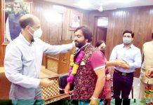 NC provincial president, Nasir Aslam Wani welcoming social activist, Shoaib Dar into party fold at Srinagar on Tuesday.