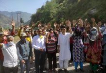 People raising slogans in favour of their demands. Excelsior/Rafi Choudhary