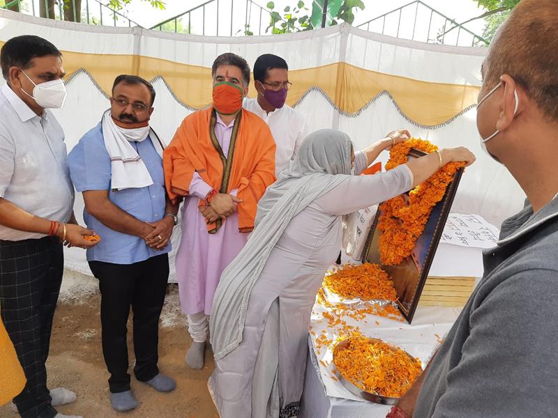 Mayor JMC, CM Gupta, BJP president, Ravinder Raina and others paying tributes to martyr Nain Singh Jamwal at Sainik Colony on Monday. - Excelsior/Rakesh