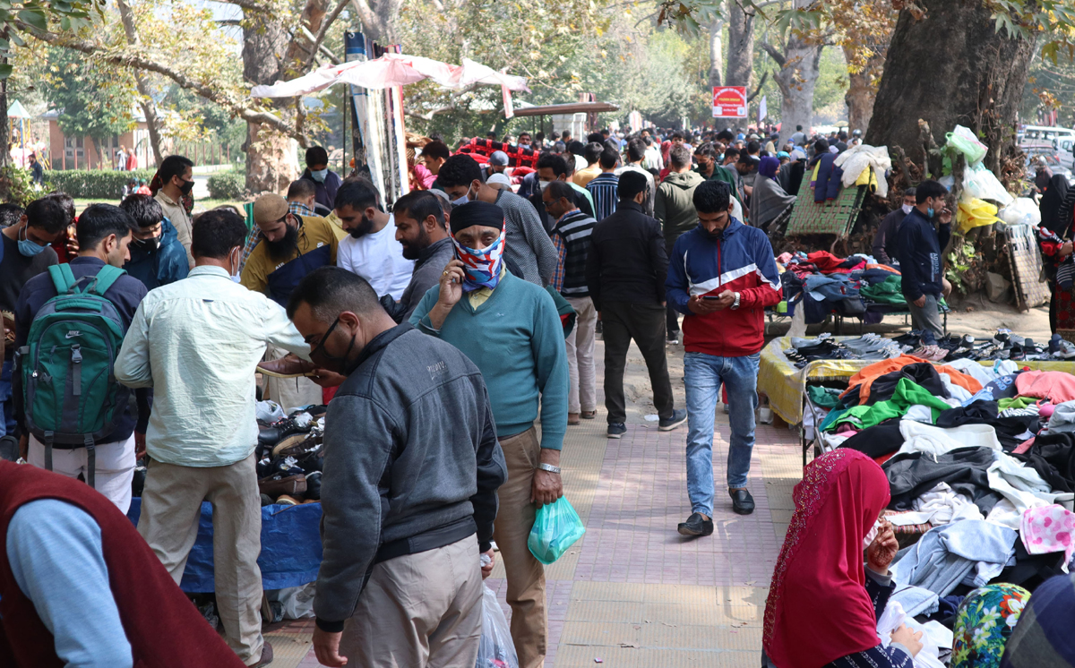 People at Sunday market in Srinagar. -Excelsior/Shakeel