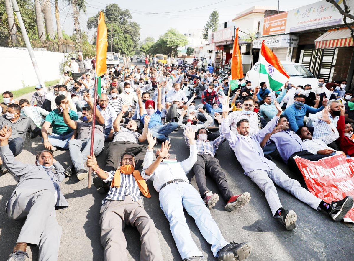 Casual and need based workers of PDD, PHE, R&B and Agri staging protest outside BJP MP's residence at Gandhinagar in Jammu on Tuesday. -Excelsior/ Rakesh