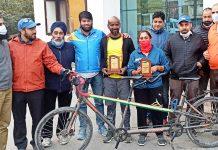 Dignitaries along with Tandem riders posing for a group photograph at Srinagar.