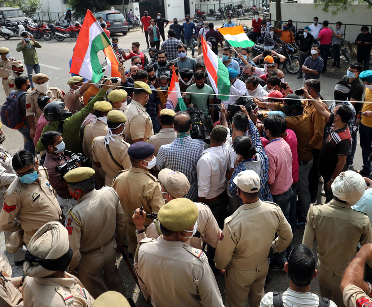 Police personnel restricting a group of youth from hoisting Tricolour at PDP office in Gandhi Nagar, Jammu. -Excelsior/Rakesh