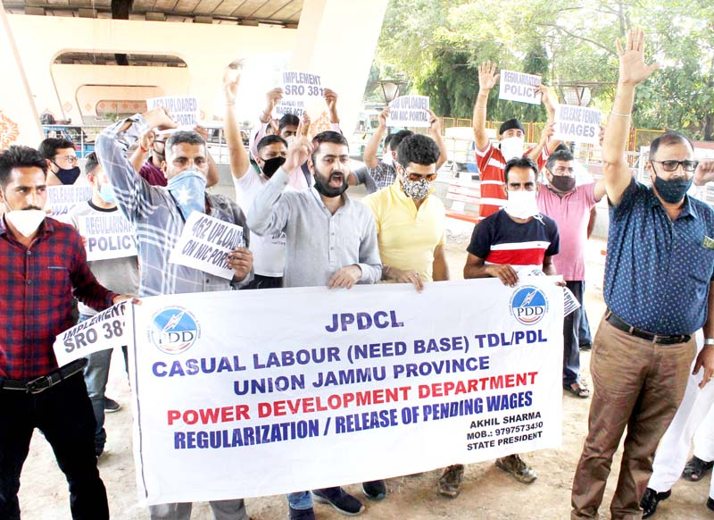 PDD daily wagers protesting at Jammu on Thursday. -Excelsior/Rakesh