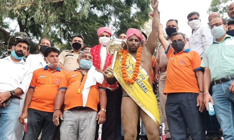 Dignitaries declaring winner of 1st Aghar Jitto Kesri-2020, organised at Amphi Stadium Reasi. -Excelsior/Mengi