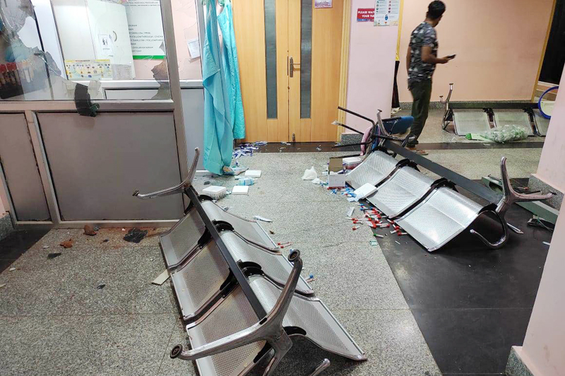 Hospital vandalised by attendants in Srinagar. — Excelsior Photo