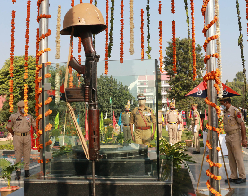 IGP Jammu Zone Mukesh Singh paying tributes to martyrs at Police Martyrs Memorial at Railway Station Jammu on Wednesday. —Excelsior/Rakesh