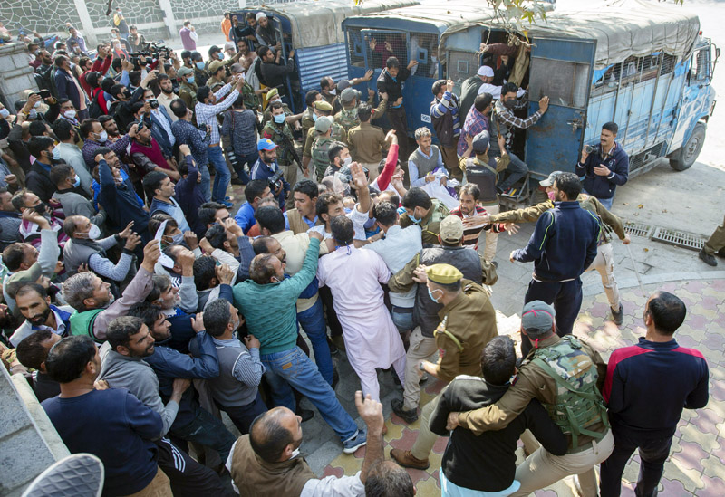 Police foiling 'Raj Bhavan Gherao' of daily wagers in Srinagar. —Excelsior/Shakeel