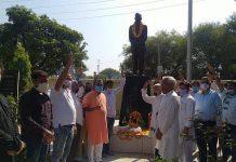 Former Minister, C P Ganga paying tributes to Brig Rajinder Singh at village Baguna on Tuesday. -Excelsior/ Badyal