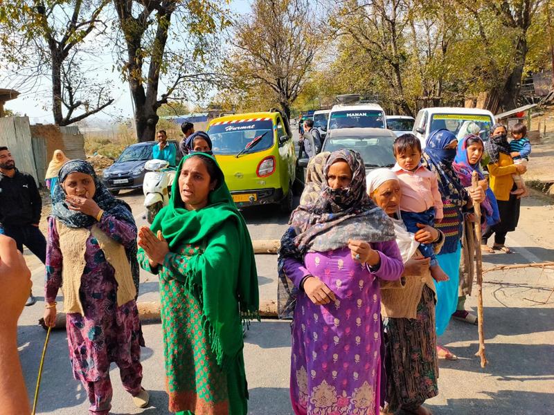 Residents protesting in Tikker area of Kupwara. -Excelsior/Aabid Nabi
