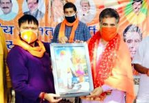 BJP J&K President Ravinder Raina presenting a portrait to Kissan Morcha president Omi Khajuria at a farmers programme held at Mishriwala on Tuesday.